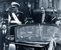 Juan Perón y Eva Duarte recorren la Avenida de Mayo 1951